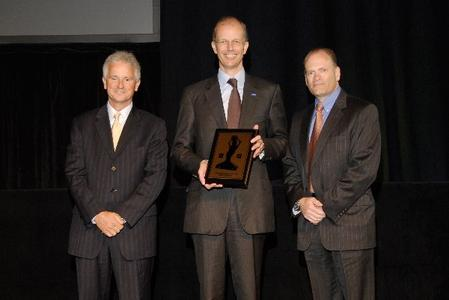 Die Verleihung des GM Awards: Dennis Mooney, GM Vice President of Global Vehicle Systems and Integration, Kurt Bock, Chairman und CEO der BASF Corporation und David McKean, GM Purchasing Executive Director of Vehicle Exteriors (v.l.n.r.)