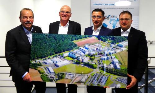 """Bildunterschrift: Vlnr: Die """"alte"""" und die """"neue"""" Pharmaserv Geschäftsführung: Thomas Janssen, Thomas Görge, Dr. Martin Egger und Peter Michael Weimar."""