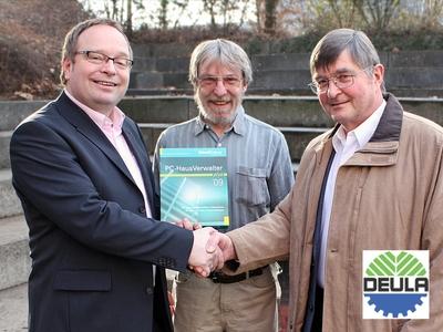 Michael Henkel, Vertriebsleiter der Sykosch Software AG, (links) überreicht den PC-HausVerwalter an DEULA-Geschäftsführer Dr. Georg Haller (rechts) und EDV-Lehrer Artur Schneider (Mitte). Foto: Juliane Vogt