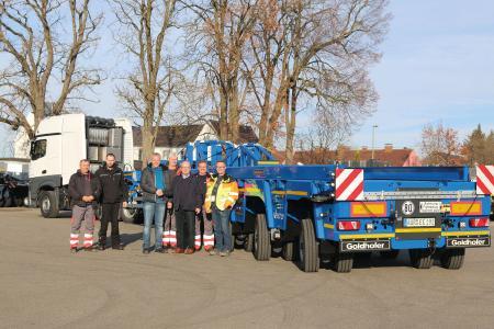 Area Sales Manager Goldhofer Günther Vogel (Mitte rechts) übergibt per Handschlag den ersten »VENTUM« an Uwe Ringering (Mitglied des ENERCON Project & Logistics Managements) und sein Team / Foto: Goldhofer