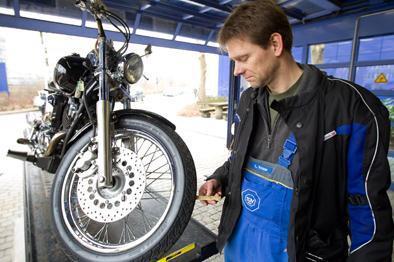 Für den sicheren Start in die Biker-Saison stehen die Reifen ganz oben auf der Checkliste. Von großer Bedeutung ist die richtige Profiltiefe - und das nicht nur bei der Fahrt zur Hauptuntersuchung