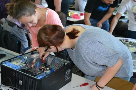 Keine Berühungsängste mehr. Studentinnen schrauben in einem Seminar der Hochschule Reutllingen an einem PC