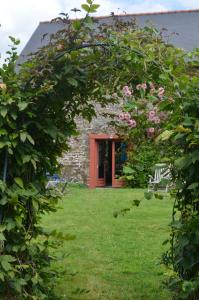 Von britischer Gartenbaukunst zeugt der stets kurz geschnittene Rasen hinterm Gästehaus, den eine dicht gewachsene Hecke ringsum vor fremden Blicken schützt. Foto: Achim Zielke