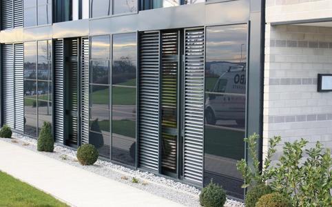 Seit über 35 Jahren hat sich Baier auf die Entwicklung, Produktion und Montage von beweglichen Fassadenelementen spezialisiert