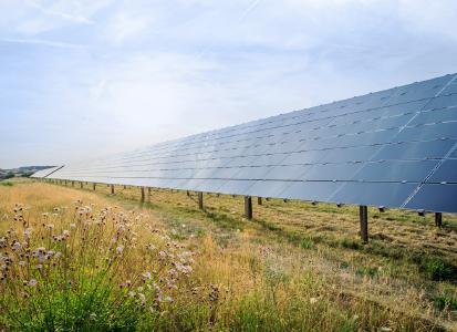Solarkraftwerke erzeugen günstigen Strom und schützen Boden und Natur