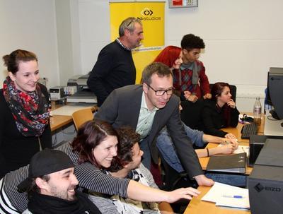 (© Foto: hl-studios, Erlangen) Praxisarbeit mit modernster Hard- und Software. Mitte: HL-Geschäftsführer Jürgen Hinterleithner, dahinter Dozent Dr. Marius Kliesch