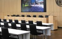 Der Kreistagssaal der Stadt am Hochrhein wird auch für Empfänge, Feierlichkeiten und Festakte genutzt. Der Vorschau-Monitor CONVIS 125, kann daher bei einer Festivität entfernt werden.