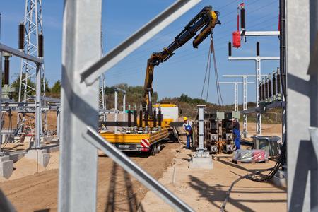 Mitarbeiter eines Rostocker Spezialunternehmens entladen und montieren die Leitungstrenner. Foto: WEMAG/Rudolph-Kramer