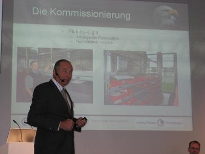 Pick-by-Vision in der Kommissionierung. Dipl.-Ing. Fritz Mayr während des Vortrags auf der CeMAT.