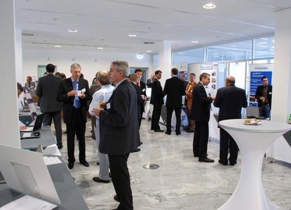 Bild 4: Sowohl zu den Vorträgen als auch am Rande der Ausstellung gab es genügend Raum für Fach-diskussionen.