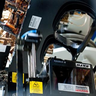 Bei Rehau bedruckt und beschreibt ein vollautomatischer RFID-Etikettendruckspender über Kopf die RFID-Labels mit entsprechenden Informationen und appliziert sie auf die Rohteile