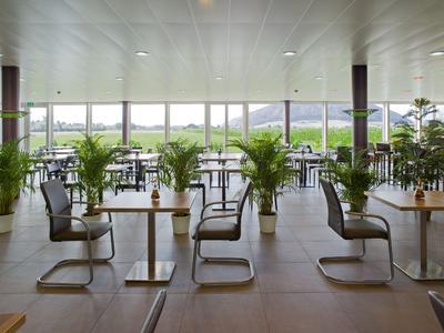 Die Fenster aus dem Profilsystem GENEO lassen viel Licht in die Multifunktionshalle und sorgen mit einem Panorama-Ausblick für Wohlfühlatmosphäre.