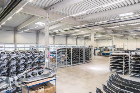 Die OSBRA Formteile GmbH fertigt hochwertige PKW- und LKW-Kunststoffteile in kleinen und mittleren Serien in Großserienqualität und verarbeitet diese auf Wunsch in einer für Veredelungsprozesse gebauten Halle mit 1500 qm Produktionsfläche weiter / OSBRA – Formteile GmbH