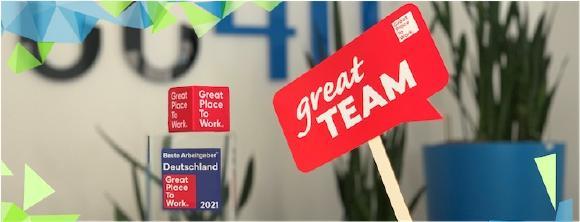 Great Place to Work-Auszeichnung und kleine 'great team'-Flagge / Foto: Sabine Kirchem