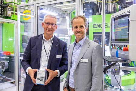 Dr. Volker Franke (links), Geschäftsführer HARTING Applied Technologies, und Dr. Andreas Sennheiser, CEO Sennheiser, freuen sich über die neue Anlage