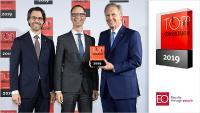 Bundespräsident Christian Wullf (rechts) überreicht die Auszeichnung des Top-Consultant 2019 an Patric Kistner (links) und Stephan H. Aschenbrenner (mitte).]