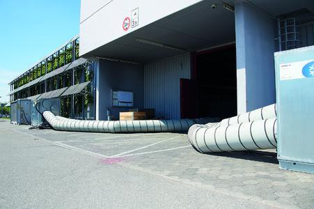 Entlang der Messehalle installierte Hotmobil die für den Außenbereich geeigneten, mobilen Kühlanlagen inkl. Lüfter