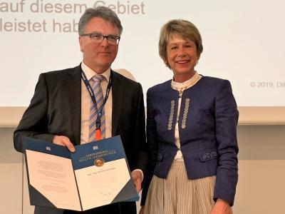 Helmut Zanzinger erhielt die Beuth-Denkmünze von Dr. Ulrike Bohnsack, Mitglied der Geschäftsleitung Bereich Normungsverfahren und -koordination / Quelle: DIN e.V.)