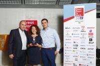 Adrian Polko, Georgia Thume und Alexander Thume (v.l.n.r.) nahmen für Oraylis die Auszeichnung als einer der besten ITK-Arbeitgeber Deutschlands entgegen. (Bild: Great Place to Work®)