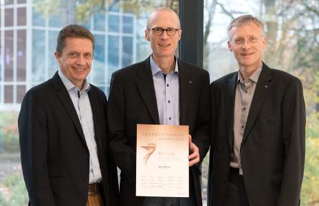 Über den Architects' Darling® Award 2017 Bronze freuen sich (v.l.): Dieter Wierspecker, Produktmanager Materialien / Bauchemie; Stefan Rohrmus, Manager Nachhaltigkeit und Ralf Brakensiek, Software Produktmanager von Schüco / Bildnachweis: Schüco International KG