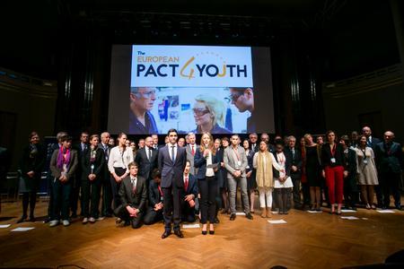 Am 17. November wurde der Pakt für die Jugend von der Europäischen Kommission und führenden Unternehmen in Brüssel geschlossen, um die Beschäftigung arbeitsloser Jugendlicher anzukurbeln.