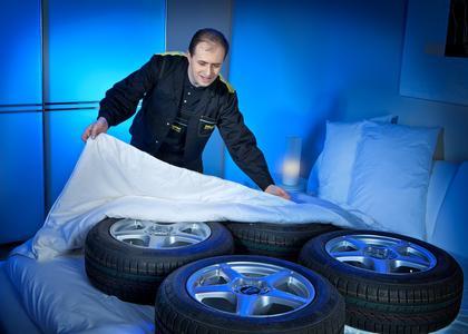 Wer seinen Winterreifen etwas Gutes tun will, gönnt ihnen jetzt einen Sommerschlaf in der Fachwerkstatt. So bleiben ihre für die kalte Jahreszeit optimierten Fahreigenschaften in vollem Umfang erhalten.