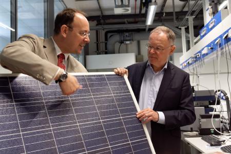 """Dr. Alexander Dyck erläutert Stephan Weil (von li.), wie das """"GreenLS""""-Konzept eine zeitlich unbegrenzte Kühlung der Lkw-Ladung mit der Kraft der Sonne ermöglicht"""