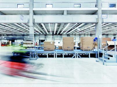 Eine Verpackungslinie im Versandzentrum in Hollenbach – dort werden die Pakete auf ihre Vollständigkeit überprüft / Foto: Volker Schrank