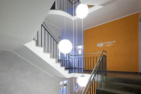 """Spiegelnde Wände faszinieren den Betrachter. Der """"Zweckraum Treppenhaus"""" wird durch das Farbkonzept gegliedert und erhält so eine deutliche Aufwertung / Foto: Caparol Farben Lacke Bautenschutz/Claus Graubner"""
