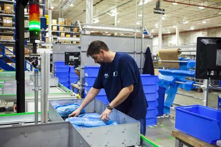 Das System beinhaltet außerdem die Warehouse Control Software (WCS), die Materialflusssteuerung, den integrierten Stahlbau, Montage und Support  (Quelle: TGW Logistics Group GmbH )