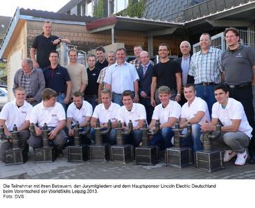 Die Teilnehmer mit ihren Betreuern, den Jurymitgliedern und dem Hauptsponsor Lincoln Electric Deutschland beim Vorentscheid der WorldSkills Leipzig 2013, Foto: DVS