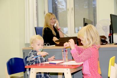 Tanja Kreitner-Gajewski testet mit Matti und Hanieh das Eltern-Kind-Arbeitszimmer
