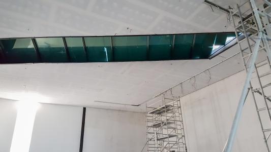 Eine nahtlose Integration von weiteren Elementen in die Mikropor Deckenkonstruktion war problemlos möglich. (Foto: Lahnau Akustik)