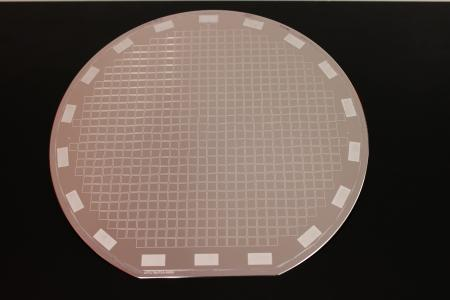 150 mm silicon wafer with aluminum bond frames for Al-Al thermo-compression bonding on an aluminum seed layer / Photo © Fraunhofer ENAS
