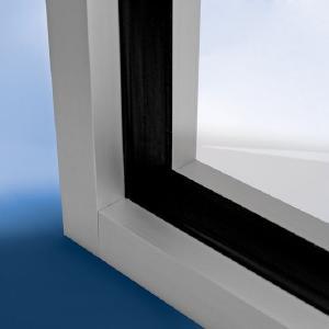 Der Klebstoff verankert das folierte Glas fest mit dem Fensterrahmen
