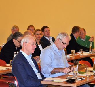 """Die Skepsis überwiegt! Der erfahrene Holzbauunternehmer Fritz Kathe (vorne links) aus Vechta zieht die Notwendigkeit von """"Brandschutzschaltern"""" in Zweifel: """"Mit der Angst des Menschen vor Feuer lässt sich viel Geld verdienen. Ich rate dringend davon ab, den Brandschutz, so wichtig er grundsätzlich ist, aus Wettbewerbs- oder Gewinninteressen zu instrumentalisieren"""", mahnt das DHV-Vorstandsmitglied. Foto: Achim Zielke für den DHV, Ostfildern; www.d-h-v.de"""