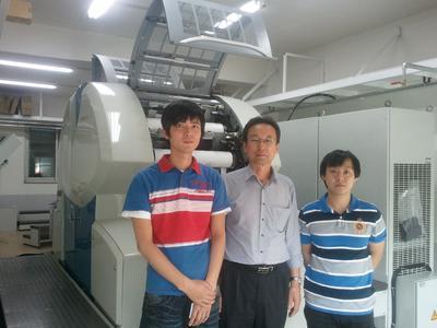 Druck- und Produktionsleiter Sang-Uk Jung (Mitte) und sein Team, haben mit ihrer neuen Genius 52UV von KBA-MetroPrint ehrgeizige Pläne.