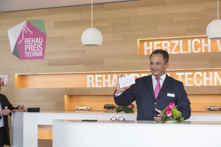 Dr. Stefan Girschik, stellvertretender CEO der REHAU Gruppe, begrüßte die Gäste zur Verleihung des REHAU Preis Technik am firmeneigenen Sitz der R+D Automotive willkommen