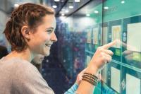An einer riesigen Multi-Touch-Wall lösen die Jugendlichen selbstständig verschiedene Aufgaben