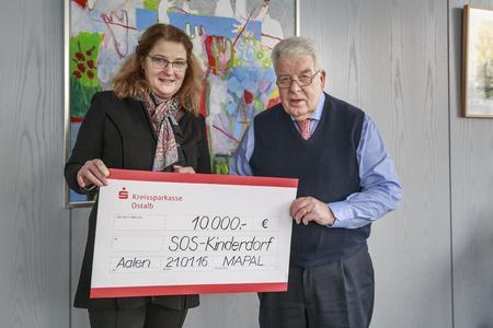 Spendenübergabe bei MAPAL: v. li. Angela Maier (SOS-Kinderdorf Württemberg), Dr. Dieter Kress (geschäftsführender Gesellschafter der MAPAL Dr. Kress KG).