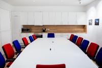 Blau, Weiß, Rot – der neu ausgestattete Ann Arbor Room lädt zu deutsch-amerikanischen Begegnungen ein.