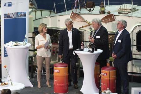 Moderatorin Katharina Müller-Stromberg mit Oberbürgermeister Ashok Sridharan, IHK-Präsident Stefan Hagen und Landrat Sebastian Schuster (v.l.)