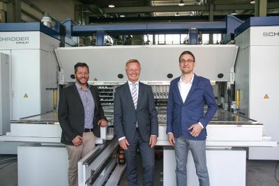 Schröder Group und WSoptics intensivieren die Zusammenarbeit: Franz Schröder (mitte), Geschäftsführer bei Hans Schröder Maschinenbau mit Florian Sepp (links) und Dr. Christoph Weiß (rechts), die Gründer und Geschäftsführer von WSoptics / Bildquelle: Schröder Group