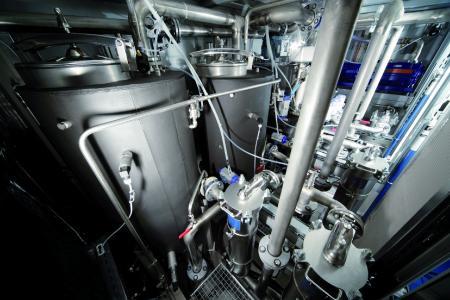Die Tanks der EcoCWave für die wässrige Reinigung sind rund, stehend und strömungsoptimiert ausgeführt, was die Bildung von Späne- und Schmutznestern verhindert sowie zu einer verbesserten Reinigungsqualität beiträgt.