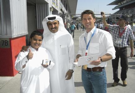 """Bildunterschrift: Andre Jurleit (im Bild rechts), Geschäftsführer der GPSoverIP GmbH, in der Boxengasse des """"Dubai Autodrome""""."""