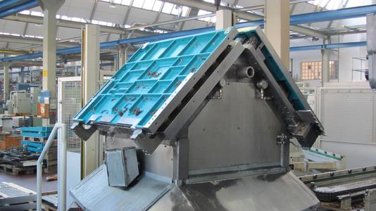 Zwei Rohteile werden gegeneinander aufgestellt, wobei eines auf der Oberseite und eines auf der Unterseite bearbeitet wird. So entsteht bei jedem Durchgang ein Fertigteil.