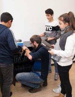 Lehrer verteilt Endgeräte an Schüler und Schülerinnen (Ritzefeld-Gymnasium, vor Corona)