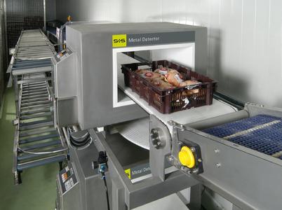 Das Metall-Detektionssystem mit Förderband UNICON eingesetzt zur Untersuchung von Geflügel in E1/E2-Kisten.