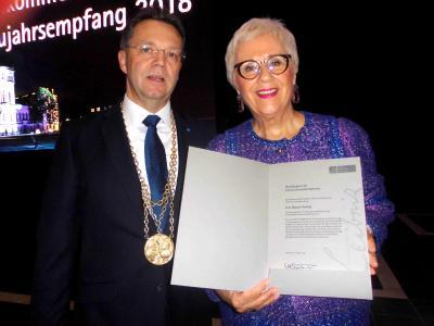 Der Präsident der Leibniz Universität Hannover, Prof. Volker Epping, überreichte Margrit Harting die Urkunde über die Verleihung der Ehrenbürgerschaft
