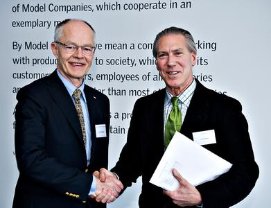 """James Carpenter (rechts) freut sich über die Auszeichnung mit dem """"Daylight and Building Component Award"""" 2010 durch Lars Kann-Rasmussen, den Vorstandsvorsitzenden der Villum Kann Rasmussen Stiftung, am 2. März in Kopenhagen"""